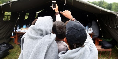 Migrants taking a selfie at the Refugee Aid Center in Šid, Serbia, in September 2015 / ec.europa.eu