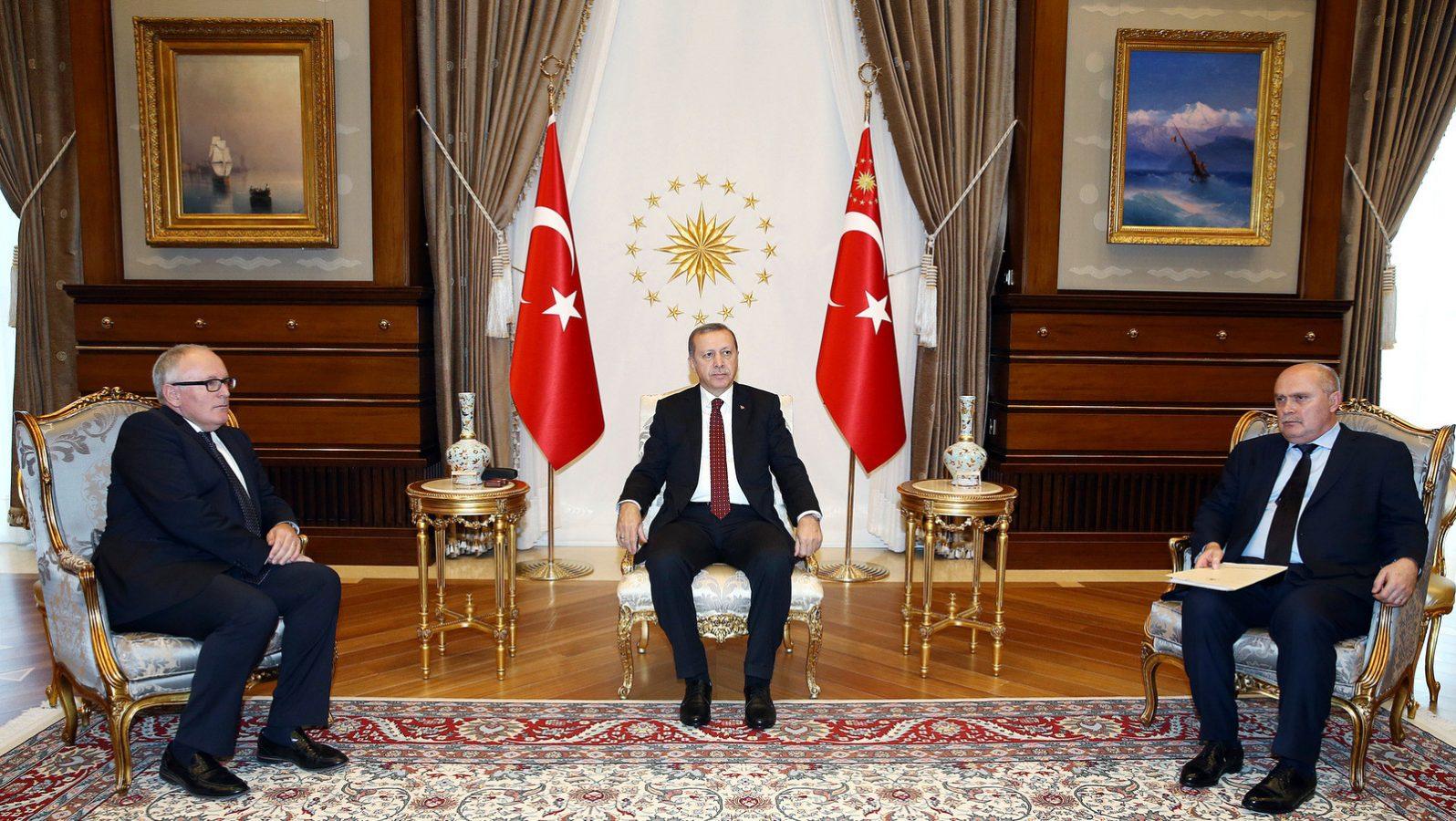 Recep Tayyip Erdoğan meeting Timmermans and Hahn in Istanbul on October 15, 2015 / ec.europa.eu