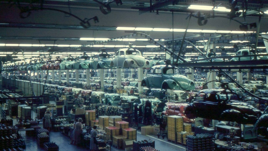 Volkswagen production in 1960 in Wolfsburg / Flickr / Roger W / CC BY-SA 2.0