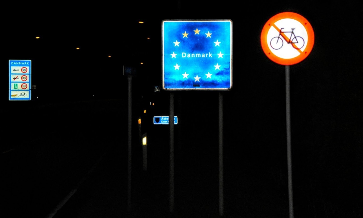 Crossing the border between Denmark and Germany per hitchhiker in 2009 / Flickr / Ingolf / CC BY-NC 2.0