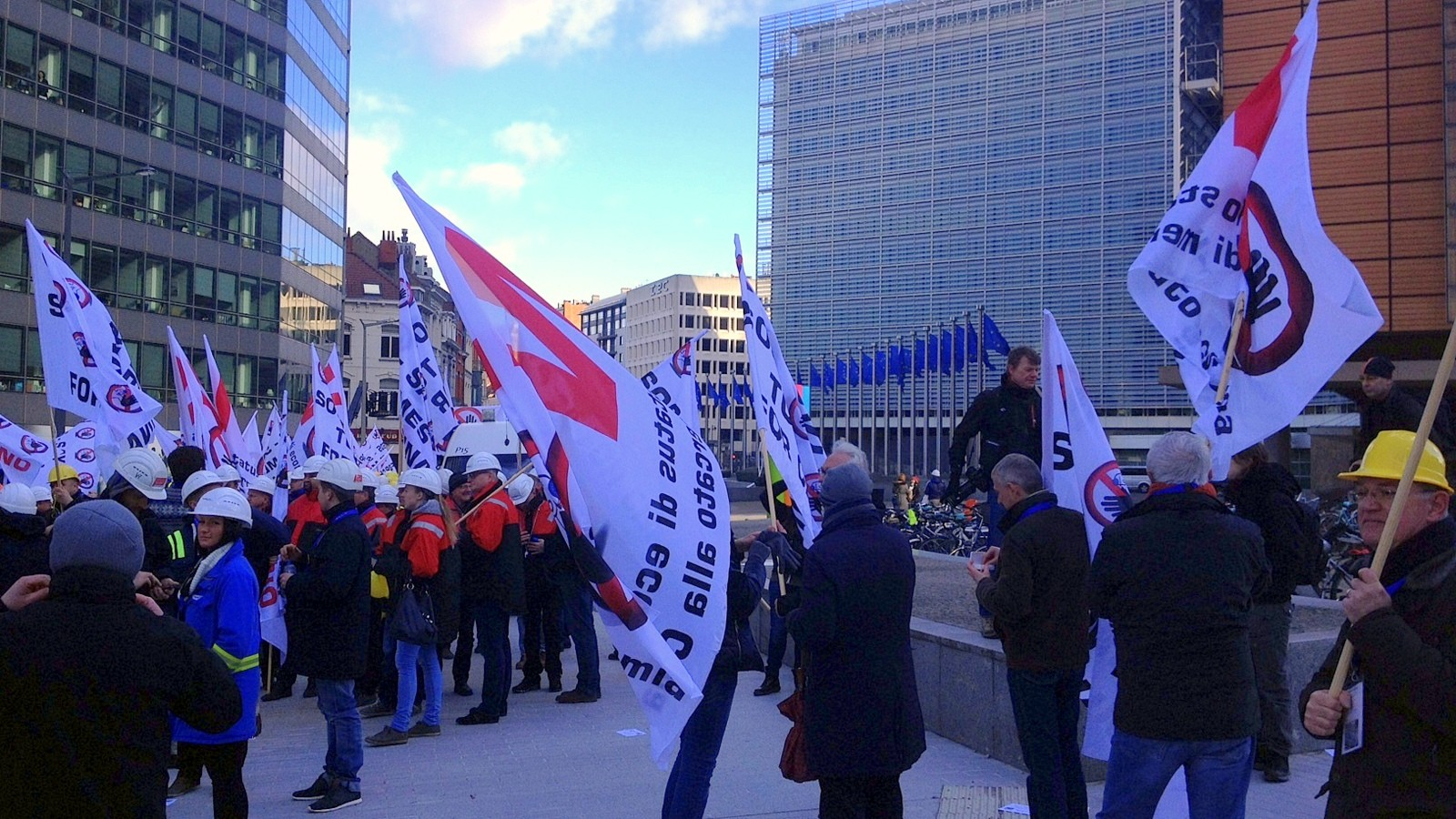 Steel industry workers' demonstration outside Berlaymont in Brussels on February 23, 2016 / Andreas Liljeheden, Euranet Plus News Agency / CC BY-SA 2.0
