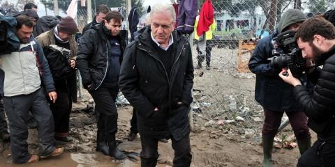 Dimitris Avramopoulos visiting Idomeni in Greece on March 15, 2016 / ec.europa.eu